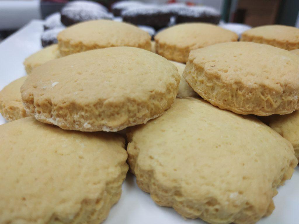 biscotti di pasta frolla con condimento a base di Olio Febo aromatizzato al limone appena sfornati